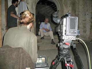 Bývalý kastelán hradu Bečov Karel Macek před kamerou vzpomíná, jak ho navštívila parta detektivů federální kriminálky až z Prahy a tvářili se neskutečně tajemně - foto J. Hlaváček