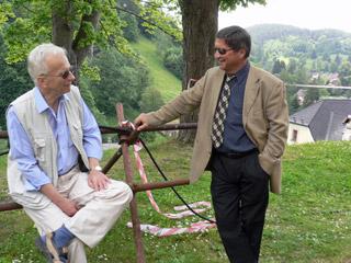 Bývalý major kriminální policie František Maryška (vpravo) a rovněž bývalý kastelán hradu Bečov Karel Macek si toho měli při natáčení filmu hodně co povídat - foto J. Hlaváček