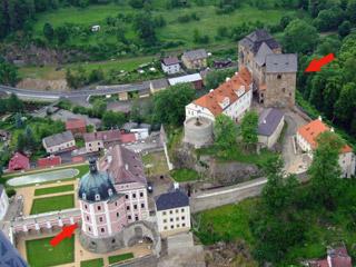 Letecký pohled na hrad Bečov, kde byl relikviář v roce 1985 znovu nalezen (šipka vpravo nahoře) a po sedmnácti letech od nálezu znovu vystaven (2002) v kapli (šipka vlevo dole) - foto J. Hlaváček