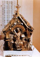 Relikviář sv. Maura převezený po nálezu na Bečově do kanceláře náčelníka 4. odboru FKU - foto: Kriminalistický ústav VB