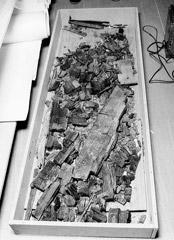 Zetlelé zbytky dna relikviáře po jeho vyzvednutí z úkrytu v kapli na hradě Bečov - foto: Kriminalistický ústav VB