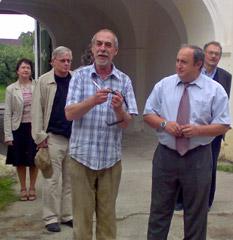 Při zahájení školního roku v září 2007 se sešli studenti i jejich rodiče. Přivítal je ředitel SŠFFTV Pavel Hiřman se starostou obce Skalsko - foto J. Hlaváček
