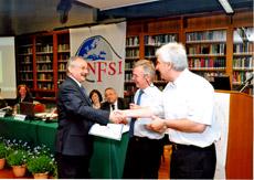 ENFSI Řím - Dave Werrett a Wim Neuteboom předávají Janu Hlaváčkovi Vyznamenání za zásluhy