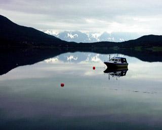 Jeden z nekonečného množství fjordů někde na severu Norska v raním oparu