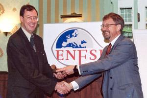 Dr. Wim Sprangers (Nizozemí) a prof. Invar Kopp (Švédsko) stvrzují podáním ruky založení ENFSI (20. 10. 1995)