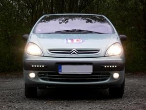 Picasso - zapnuté standardní osvětlení vozidla plus mlhovky; přídavná světla se automaticky přepnou do funkce pozičních světel